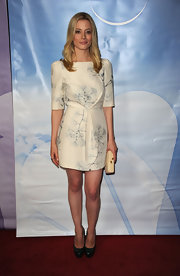 An ivory hard case clutch was the ideal choice for Gillian's sweet creamy frock.