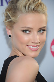 Amber Heard paired her black Honor frock with black onyx and diamond stud earrings.
