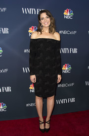 Mandy Moore complemented her elegant dress with black cross-strap pumps.