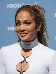 Jennifer Lopez went for edgy styling with this disheveled ponytail during the NBCUniversal Upfront.