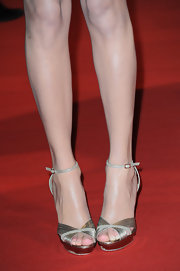 Taylor Swift matched her shoes to her pale gold dress.