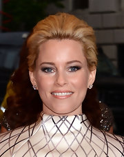 Elizabeth Banks wore a glamorous smoky eye done in silvery metallics for the Met Gala.