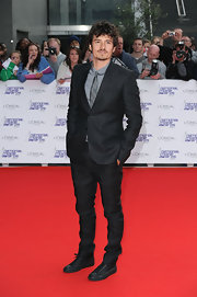 Orlando opted for leather lace up sneakers on the red carpet. This comfy style paired well with his stylish skinny pants.