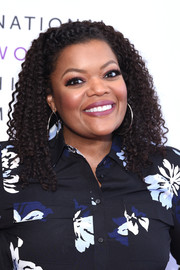 Yvette Nicole Brown wore her hair in tight curls at the Women Making History Awards.