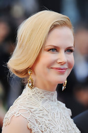 To complement her fair skin, Nicole Kidman chose a soft pink lipstick for her pucker.