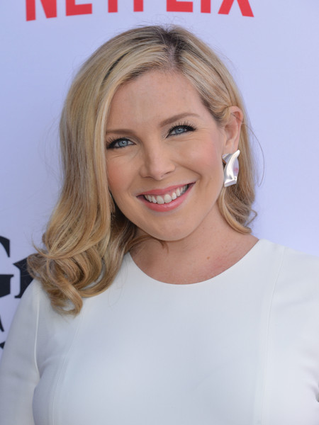June Diane Raphael wore her hair with curly ends at the premiere of 'Grace & Frankie' season 2.