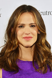 Jennifer Garner opted for a minimal beauty look with these glossy pink lips.