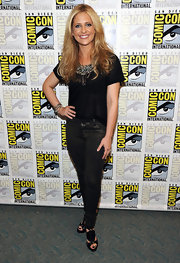 Sarah finished off her casual black ensemble with loose blonde waves.