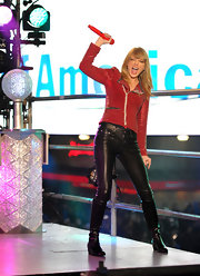 Taylor Swift rocked it out on NYE 2013 in a pair of skin-tight leather pants.