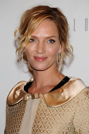 Actress Uma Thurman attended the Friars Club roast of Quentin Tarantino wearing a pair of 18-karat rose gold and pave diamond hoop earrings.
