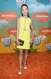 Maddie Ziegler completed her ensemble with a metallic gold clutch by Benedetta Bruzziches.