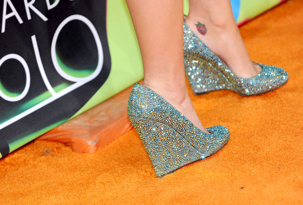 More Pics of Katy Perry Diamond Ring (3 of 70) - Gemstone Rings Lookbook - StyleBistro [footwear,leg,green,shoe,foot,human leg,glitter,joint,ankle,high heels,arrivals,katy perry,annual kidschoice awards,california,los angeles,pauley pavilion,nickelodeon,ucla,annual kids choice awards]
