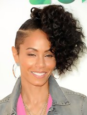 Jada Pinkett Smith wore a pair of sunrise hoops in rose gold at the 2012 Kids' Choice Awards.