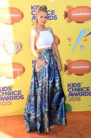 Iggy Azalea showed off her tiny waist in a chic white crop-top during the Kids' Choice Awards.