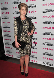 Kelly Osbourne paired his leopard print dress with a cool patent leather clutch.