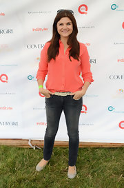 Tiffani Thiessen kept it laid-back in a coral button-down and washed-out jeans during OCRF's Super Saturday.