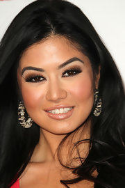 Kim Lee dusted her lids with a smoky shade of brown. She amped up her look by lining her lids in a black.