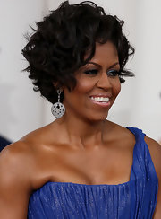 Michelle paired her stunning gown with a short and sweet, curly do.
