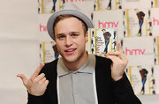 Olly Murs made his fascination with hats obvious by wearing a gray fedora at a signing session.