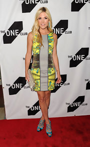 Tinsley paired her printed Versace dress with bold metallic, peep toe pumps. The strappy, netted design gave the shoe a pumped up elegance.