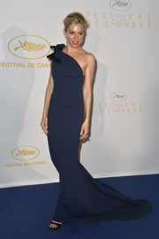 Sienna Miller looked simply flawless at the Cannes opening ceremony dinner in a floor-sweeping navy Lanvin gown with a single knotted shoulder strap.