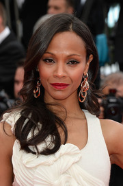 Zoe Saldana added major shine to her look with a pair of dangling earrings featuring layers of gold hoops.