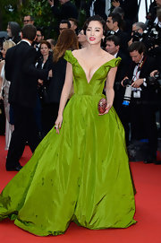 Zhang Yuqi chose this bright green gown with off-the-shoulder straps and a deep V-neck bodice for her red carpet look.