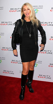 Linda Thompson added another layer of edginess to her outfit with black knee-high boots.