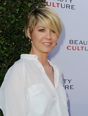Jenna Elfman wore a simple pair of gold hoop earrings while visiting the Annenberg Space for Photography.