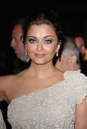 Aishwarya Rai accentuated her stunning eyes with a pair of false lashes and shimmering green eyeshadow.
