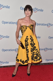 Selma Blair was a standout at the Smile Gala in her yellow Oscar de la Renta strapless dress adorned with black lace and flower embroidery.