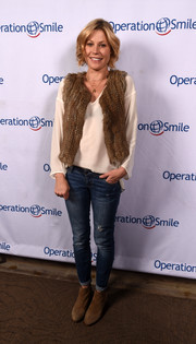 Julie Bowen layered a brown fur vest over a white tunic for the Celebrity Ski & Smile Challenge.