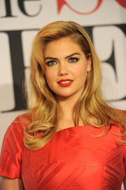 Kate Upton amped up the glamour with a swipe of rich red lipstick.