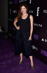 Kathryn Hahn teamed her top with black culottes.