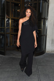 Ciara looked uncharacteristically low-key (yet elegant) in a black off-the-shoulder tunic by Jean Paul Gaultier Couture at the Pandora Jewelry Shine Collection launch.