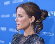 Kate Beckinsale looked romantic wearing this loose bun with wavy tendrils at the 2018 Incredible Women Gala.