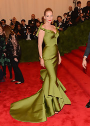 Uma Thurman showed off her lovely curves in this light forest green gown that featured a structured floor-sweeping train and bow shoulder straps.
