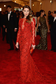 Amber Heard looked simply radiating in this red lace gown that featured ruby crystal embellishments.