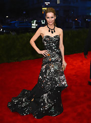 Leslie Mann's splatter-print strapless dress with a flowing skirt totally encompassed the punk theme of the Met Gala.