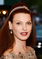 A jeweled headband gave Linda Evangelista an extra glamorous touch at the Met Gala.