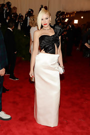 Gwen Stefani showed off her abs of steel with this black-and-white one-shoulder gown.