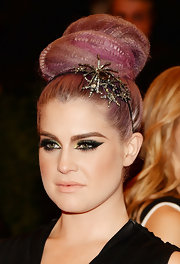 Kelly Osbourne's signature lavender hair looked totally cool in this crimped beehive, accessorized with a lovely starburst hairband.