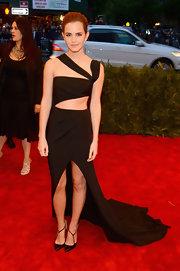 Emma Watson kept the ultra-modern vibe going with a pair of strappy black pumps.