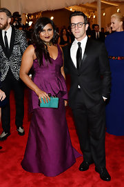 Mindy Kaling's turquoise Tonya Hawkes box clutch made a gorgeous color contrast to her purple dress.