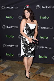 Bellamy Young pulled her well-coordinated look together with a black satin tube clutch by Rodo.