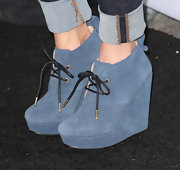 Hayden Panettiere dressed up her red carpet look with these blue suede booties.