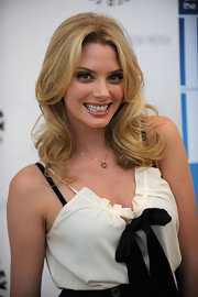 April Bowlby wore a cute heart pendant on this gold chain necklace.