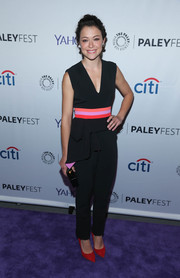 For an extra pop of color, Tatiana Maslany styled her jumpsuit with a pair of red pumps.