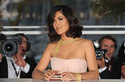 Salma paired her gorgeous Gucci dress with a gold bracelet.