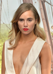 Suki Waterhouse looked gorgeous with her side-parted wavy hairstyle at the 'Pan' world premiere.